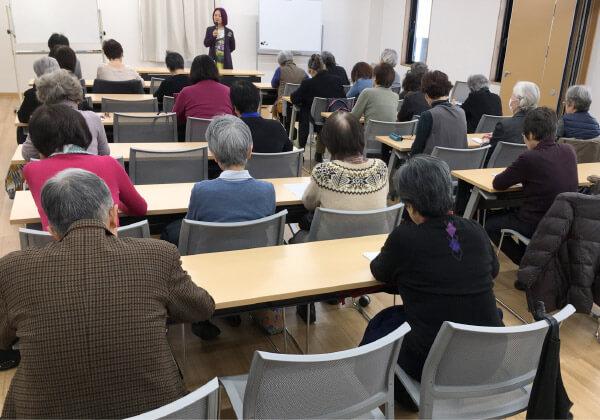 写真 浜矩子さんの講座風景